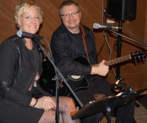 Geoff Tyree and Trish Thompson are one of the many fine bands that perform at the Barnard Griffin Wine Bar and Eatery